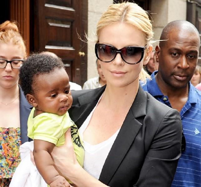Charlize Theron passeggia con Jackson