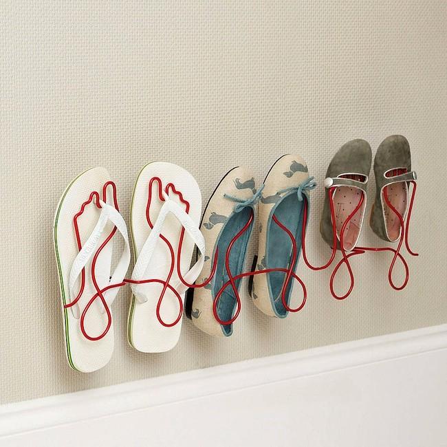 La scarpiera Footprint di Charlotte Tangye è un'idea simpatica e originale per un ambiente ristretto