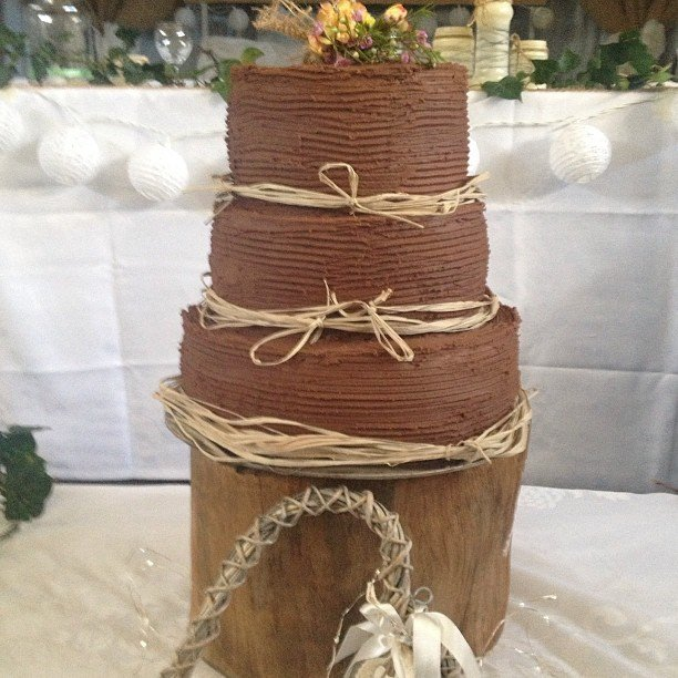 Torta nuziale al cioccolato stile country chic