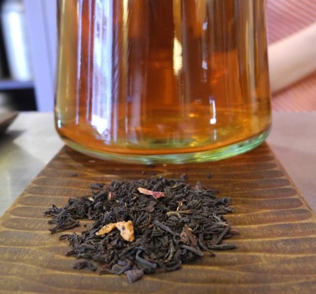 Un mélange di tè nero cinese, mela e petali di rosa, perfetto in abbinamento al cioccolato