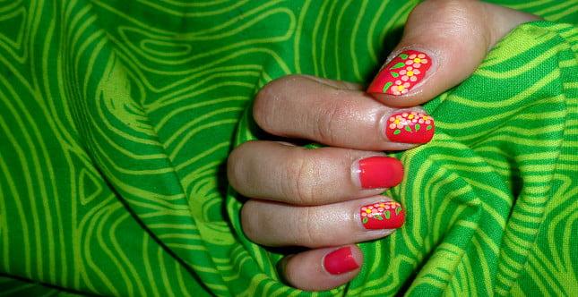 Nail art con fiori. risultato finale della decorazione sulle unghie.