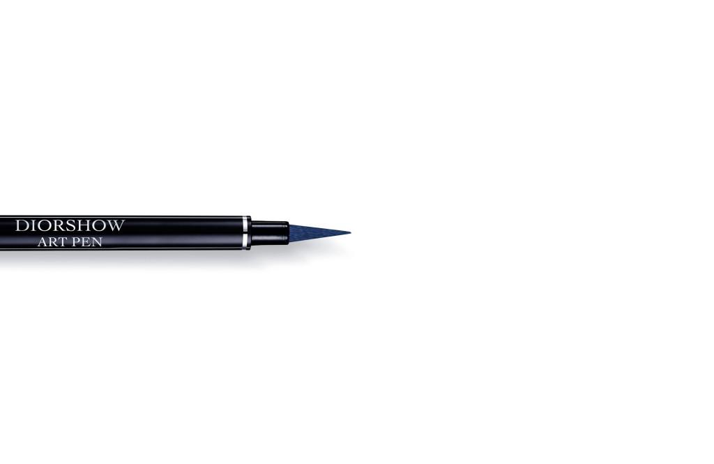 Un eyeliner dal tratto intenso e marcato: ecco Diorshow Art Pen, nella tonalità Bleu Croisière