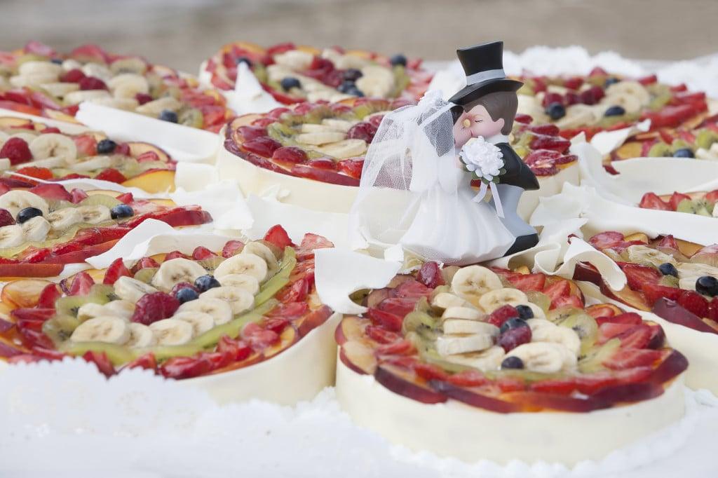 La torta nuziale alla frutta può essere una classica crostata di frutta fresca, oppure tante crostate di dimensioni medie e piccole da comporre con gusto e originalità