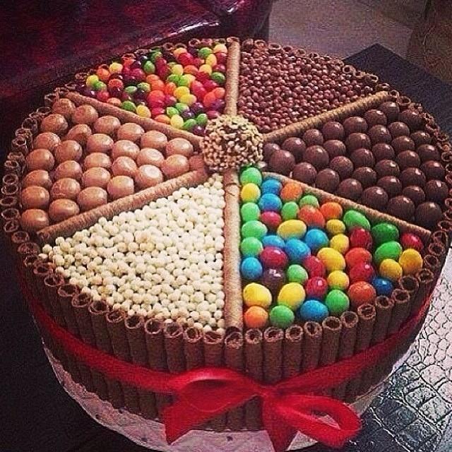 Torta nuziale al cioccolato con M&Ms.