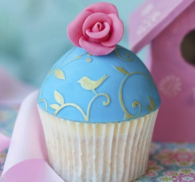 Per riprendere i colori del mare con delicatezza: i cupcake celesti con decori rosa e dorati.