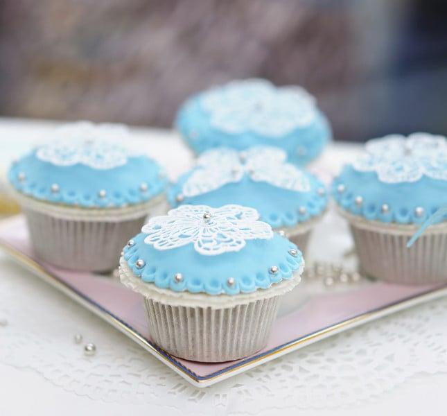 Cupcake bianchi e celesti per il tema marino.