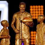 David Beckham con i figli Cruz e Romeo coperti d'oro