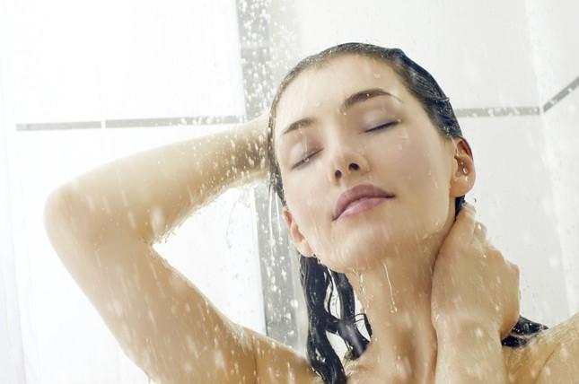 frequenti docce tiepide aiutano a combattere il caldo