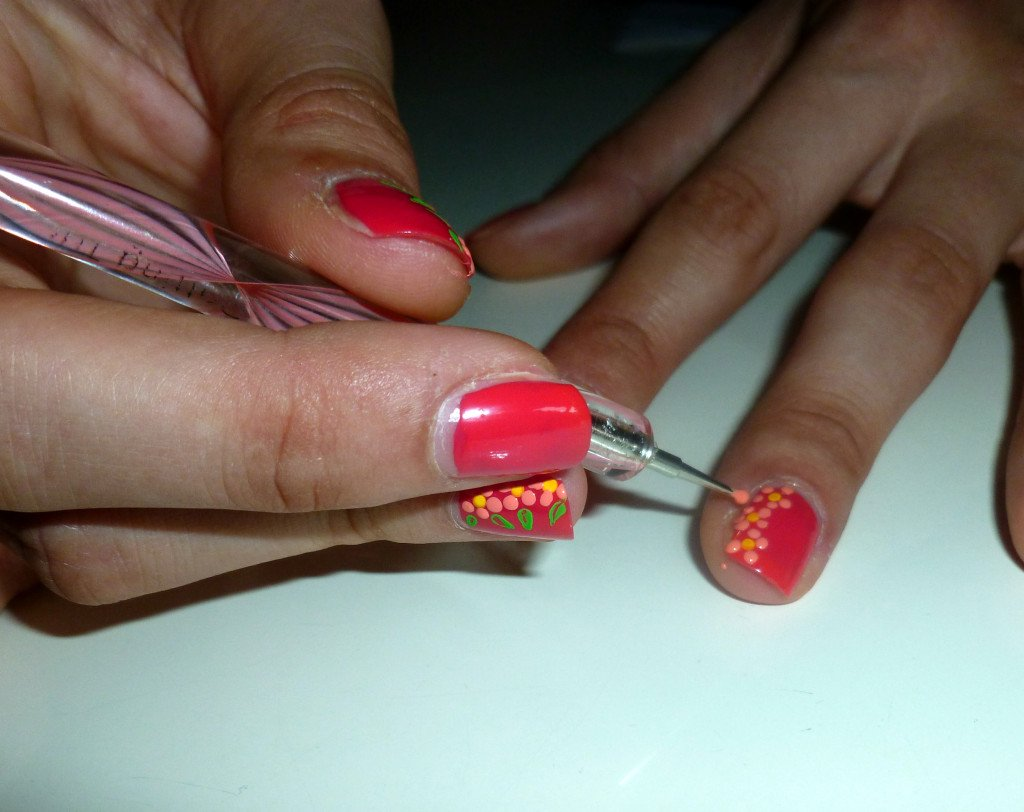 Creazione dei fiori per la nail art: rilasciate il prodotto formando una pallina di colore.