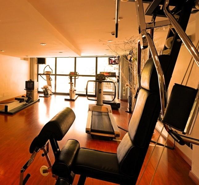 Per chi ama stare in forma ecco lo spazio fitness con vista piscina e parco