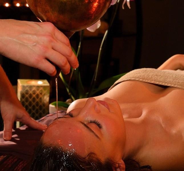 Il massaggio ayurvedico sfrutta le potenzialità di olii profumati