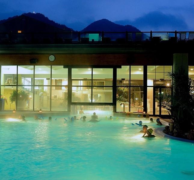 L'acqua della piscina ha una temperatura di circa 32° C ed fruibile fino alle 22,45