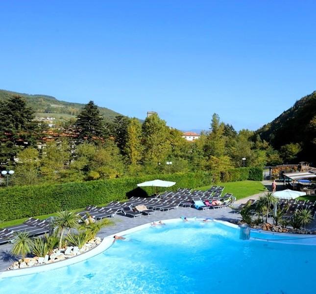 Il resort è immerso nel verde di Bagno di Romagna, punto di partenza ideale per passeggiate ed escursioni