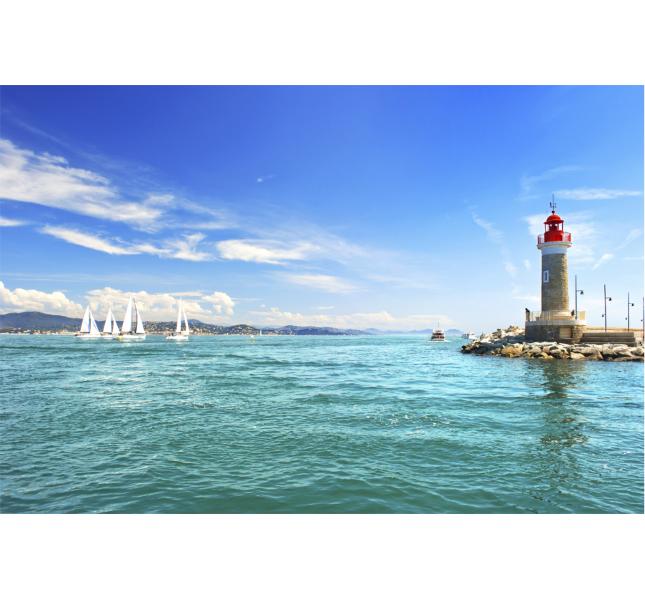 Il faro di Saint-Tropez si specchia nell'acqua limpida / photo: Getty