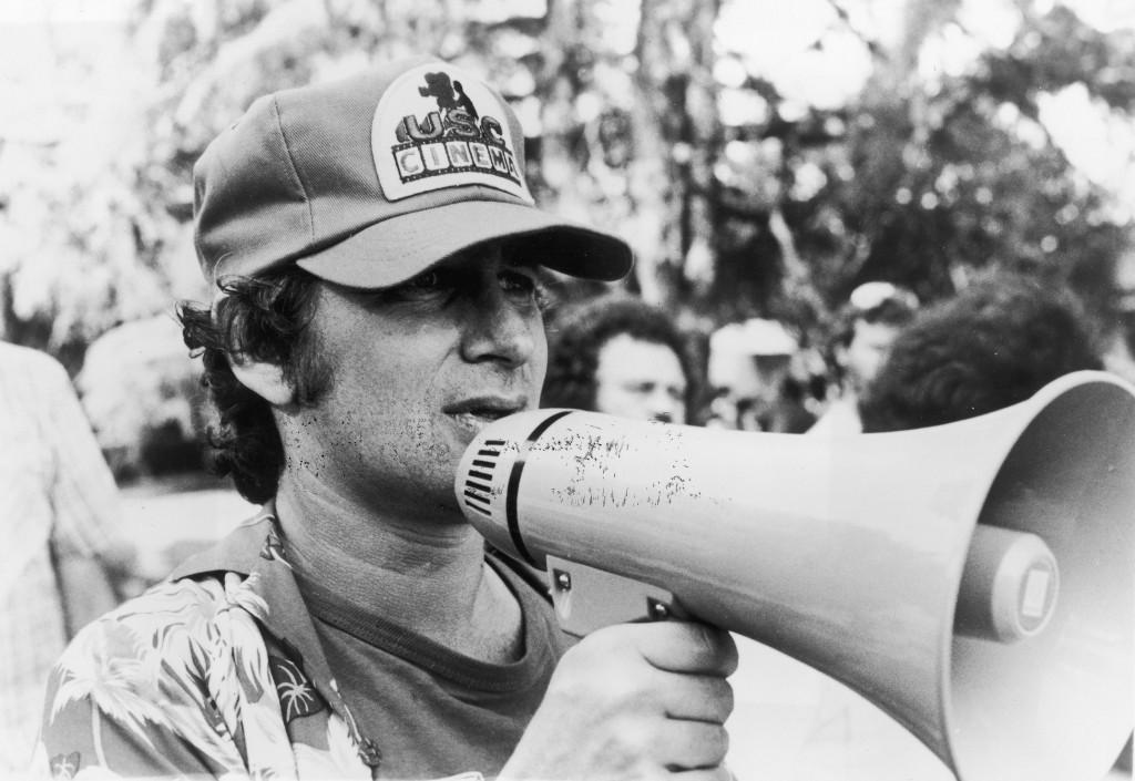 Un giovanissimo Steven Spielberg sul set del film 'E.T.-L' Extraterrestre', nel 1982