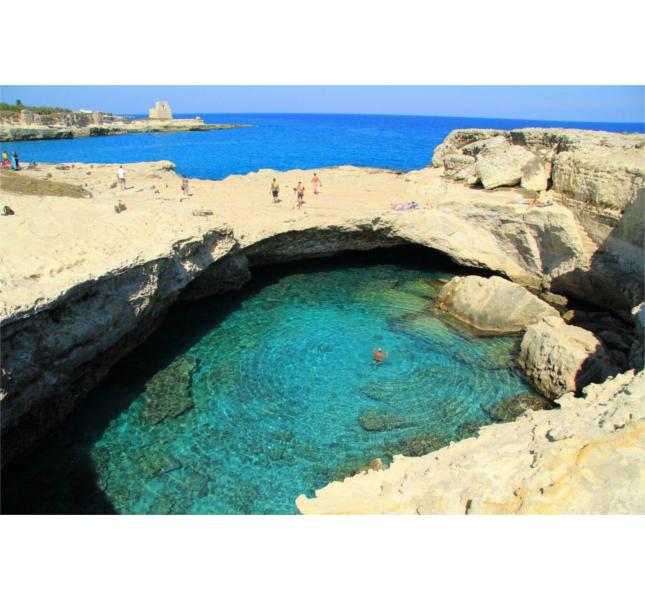 Piscine naturali in Italia: la Grotta della Poesia, in Salento