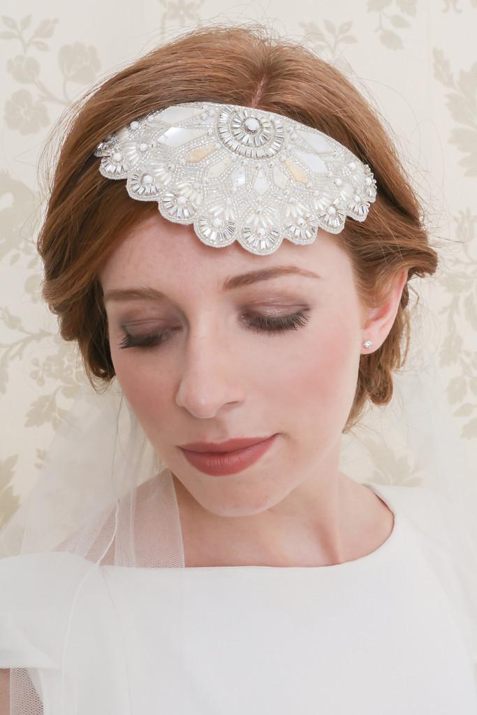 Pettinino con dettagli in madre perla e cristalli. Da indossare sulla fronte oppure come fermaglio per chignon e raccolti più classici