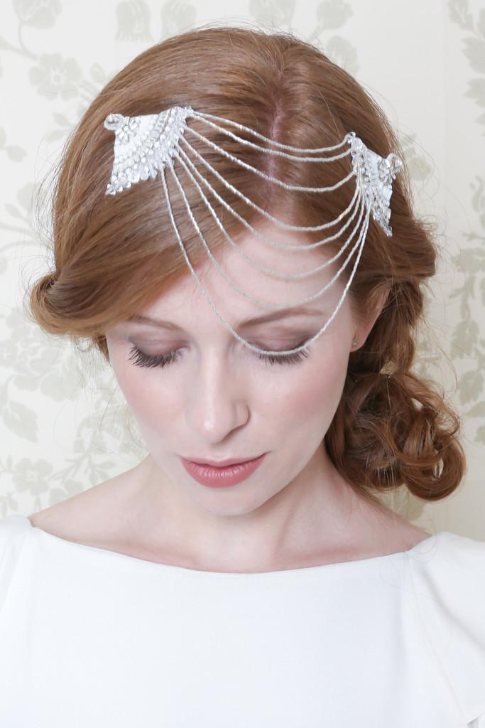 Richiama il modello Elizabeth il fermaglio per capelli con doppio drappeggio a ventaglio