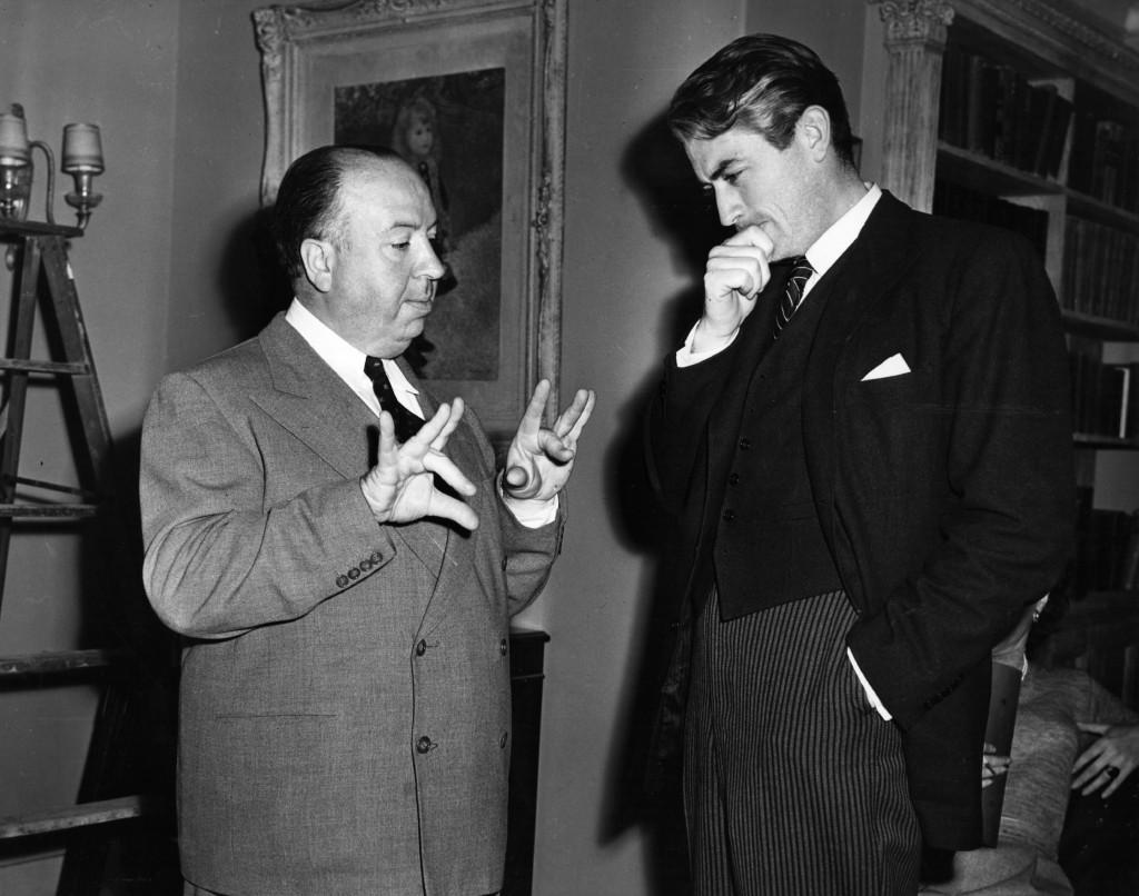 Agosto 1947: il regista Alfred Hitchcock sul set con l'attore americano Gregory Peck