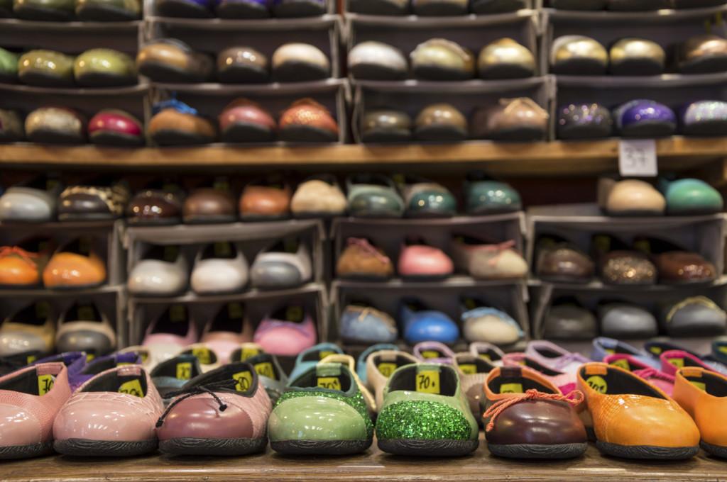 Per le amanti delle ballerine basterà una gruccia in ferro e un po' di fantasia per creare una nuova scarpiera