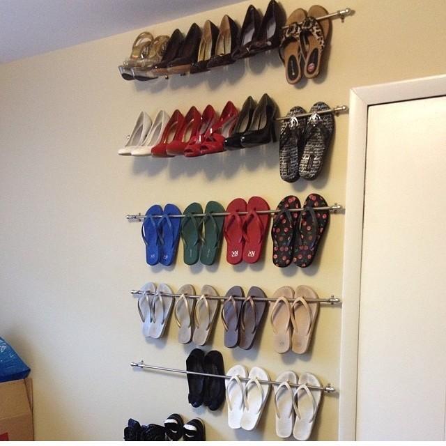 Hai poco spazio e tante scarpe? Fissa dei sostegni al muro e il gioco è fatto!