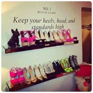 Se ami l'effetto negozio con un paio di mensole e una scritta che faccia capire il tuo amore per le scarpe, avrai un risultato veloce e glamour!