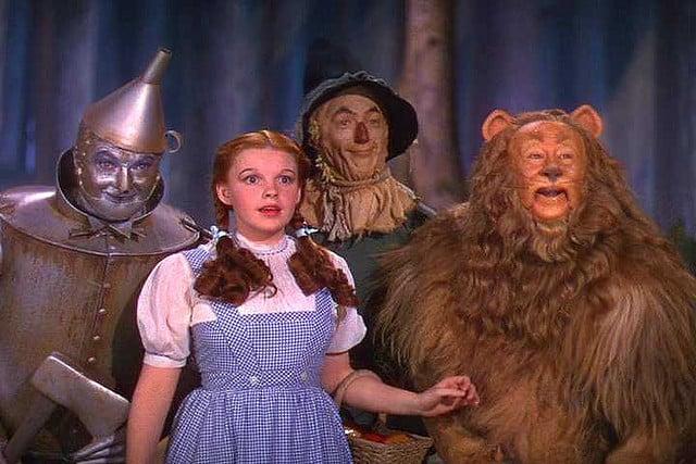 Una giovanissima Judy Garland insieme all'uomo di latta, il leone e uno spaventapasseri parlante