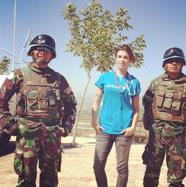 Eli madrina dell'Unicef posa insieme a due soldati indonesiano dell'ONU nel su del Libano