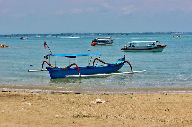 Tipiche imbarcazioni balinesi per un'escursione sul mare turchese