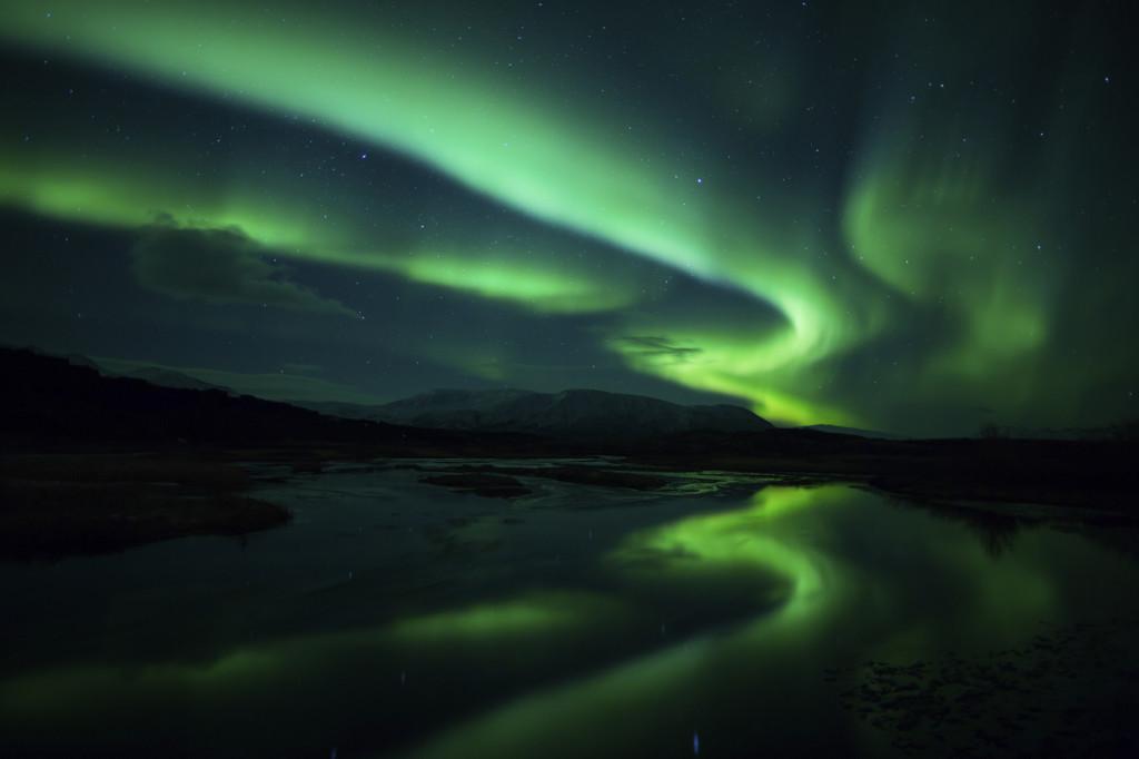 In Islanda, tra i ghiacci, l'aurora boreale risulta ancor più luminosa