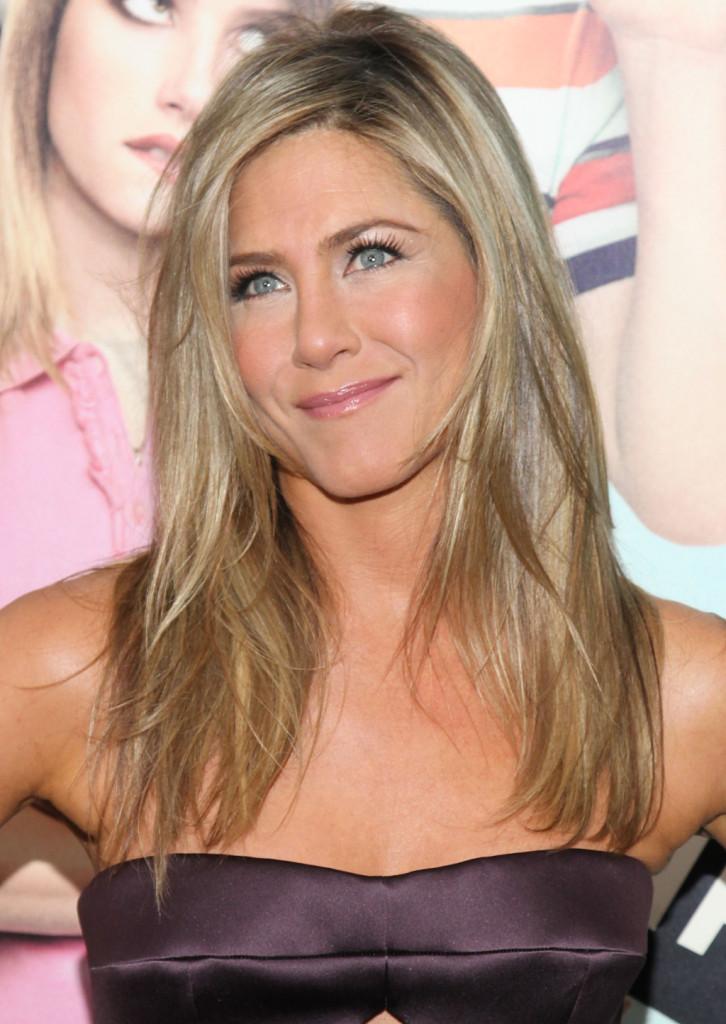 Dorato luminoso per Jennifer  Aniston che schiarisce i suoi capelli castani rendendoli bellissimi