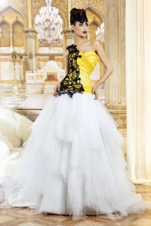 Ulteriore versione del modello Abigail di Jordi Dalmau, con ampia e articolata gonna di tulle bianco