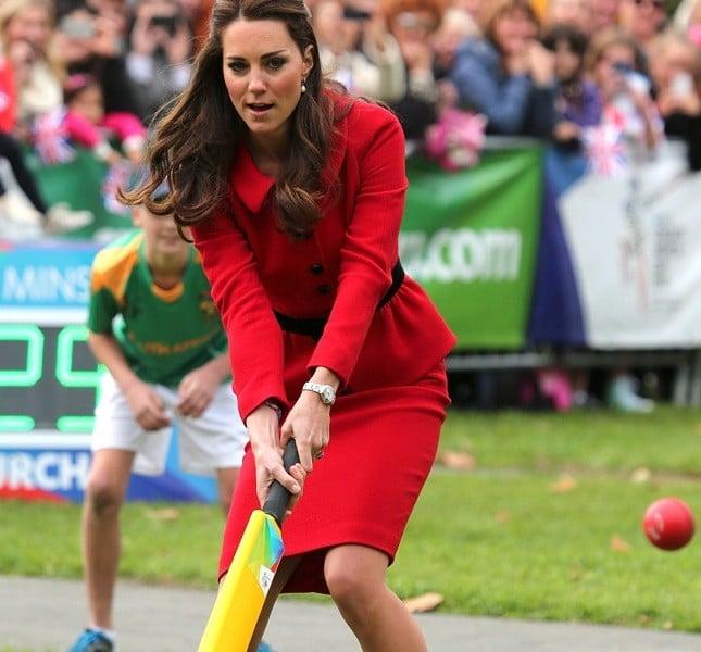 Nonostante la gravidanza e gli abiti eleganti, Kate gioca a hockey durante l'ultima visita ufficiale in Nuova Zelanda ad aprile 2014
