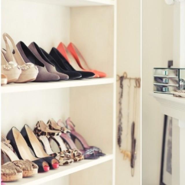 Trasformare una libreria in scarpiera è un ottimo modo per avere tutti gli accessori del caso nella tua cabina armadio