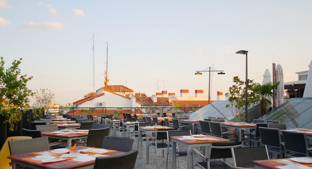 La bella terrazza del Gau&Cafè alle luci del tramonto, il momento migliore per gustare un aperitivo