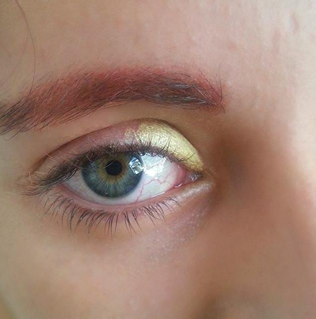 Applicazione della matita gialla nell'angolo interno dell'occhio