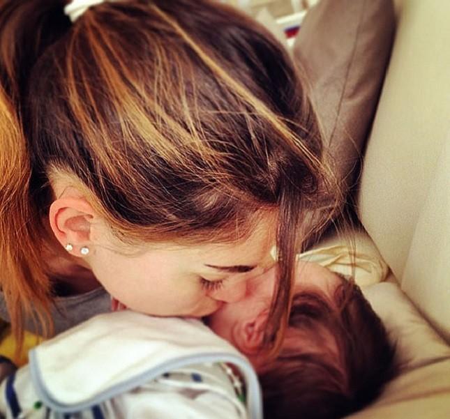 L'ex velina Melissa Satta bacia il piccolo Maddox