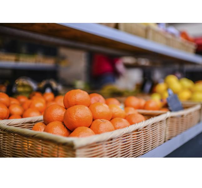Pane, formaggio, vino e frutta al mercato di Saint-Tropez / photo: Getty