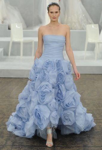 Solo grandi rose di garza di seta per l'ampia gonna del primaverile abito azzurro di Monique Lhuillier (collezione 2015)