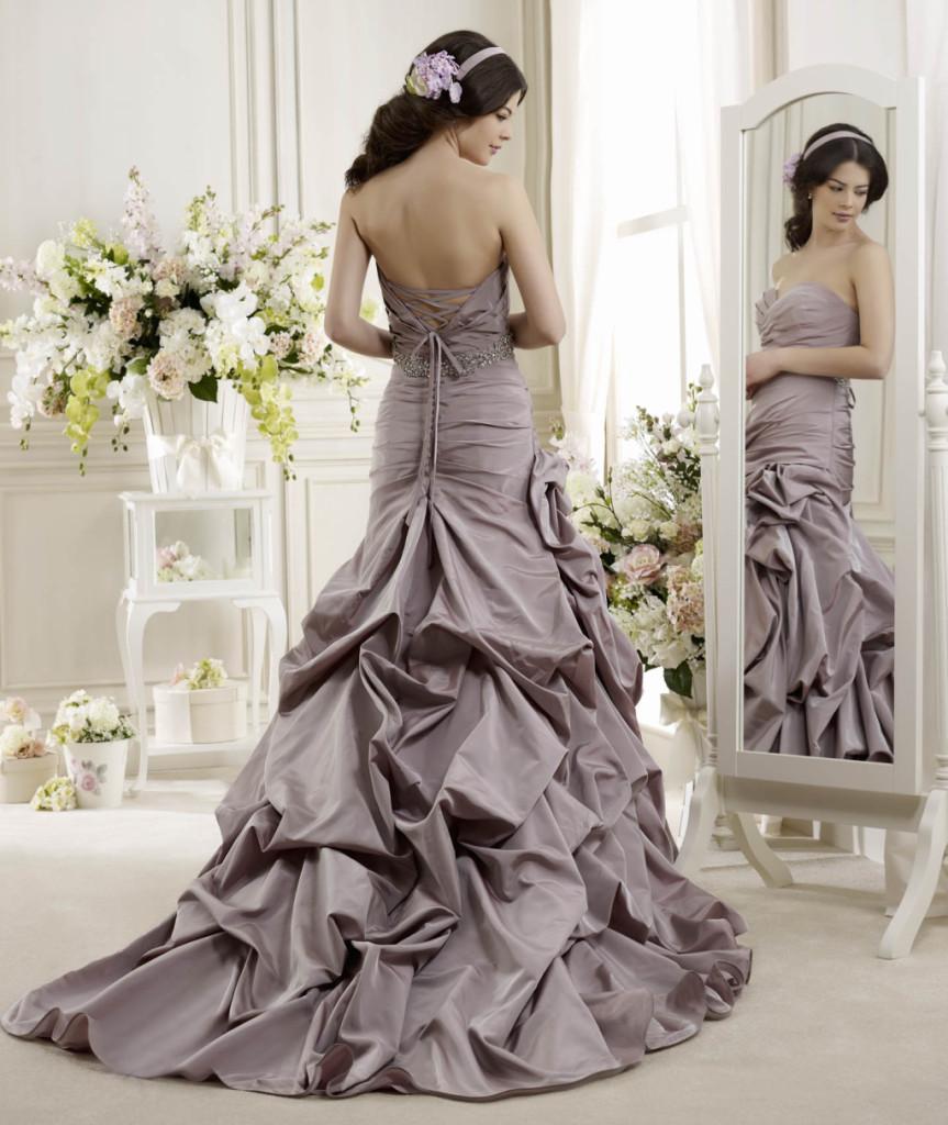 Nicole Spose ha scelto il lilla, transizione tra il rosa e il viola, per questo abito dalla gonna d'altri tempi (modello Colet)
