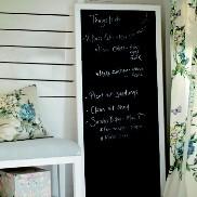 Una veranda originale? Dedica un angolo alla pittura lavagna per accogliere gli amici con messaggi originali!