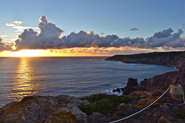 Attendere la notte in riva al mare della Sardegna per dare la caccia alle stelle cadenti