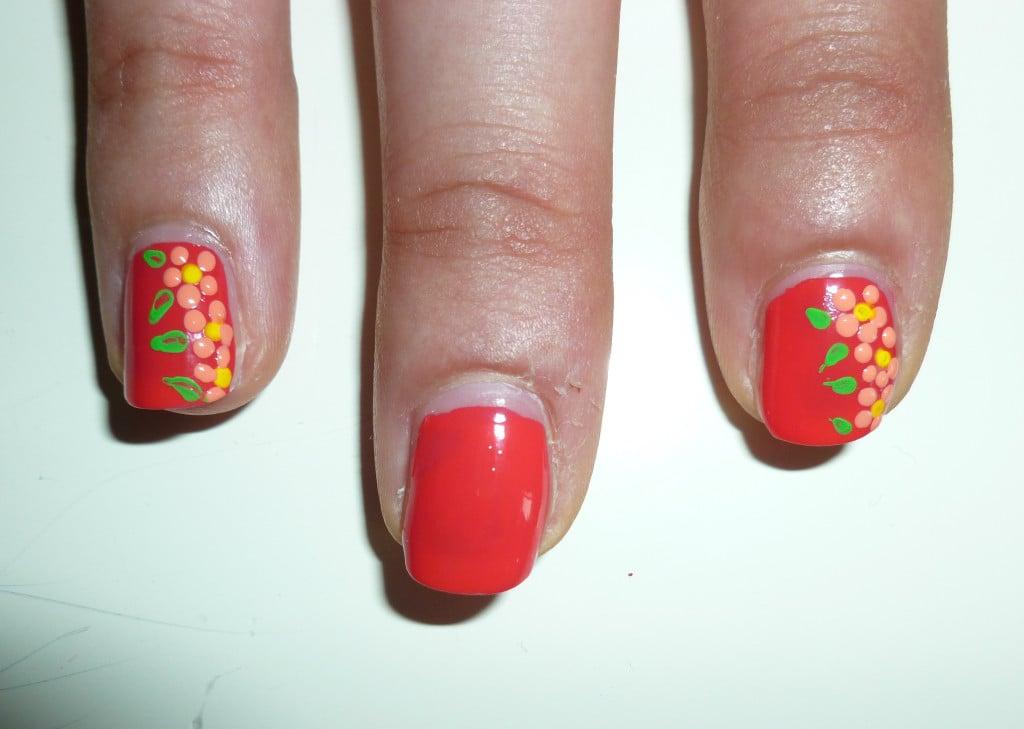 Primo piano del risultato della nail art con fiori
