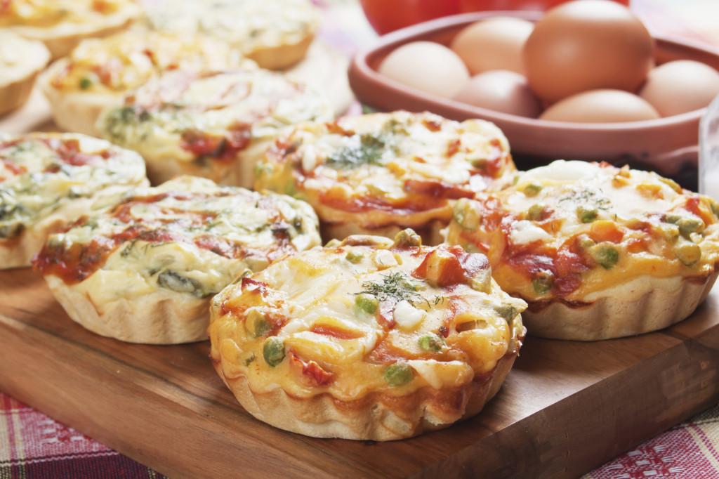 la pizza rustica è un'ottima ricetta svuota frigo, da usare anche nelle feste. Puoi prepararla in tante gustose varianti e servirla anche come monoporzioni, realizzandole in formato mini
