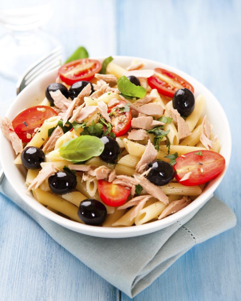la pasta fredda è un must a Ferragosto, da mangiare sulla spiaggia o in giardino, anche nella versione vegetariana