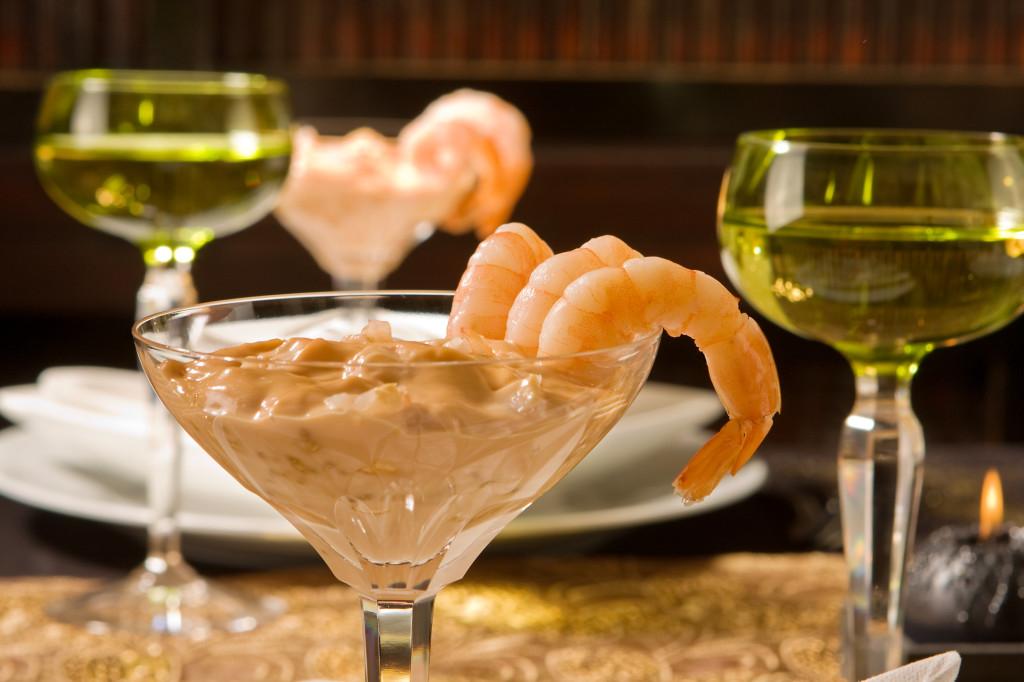 l'aperitivo è chic con i gamberetti in salsa rosa, da accompagnare all'insalata di mare e alle capesante gratinate