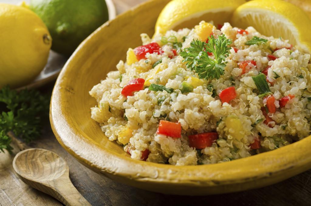 la quinoa è un'ottima alternativa alla pasta, soprattutto se fra i tuoi invitati ci sono dei vegetariani. Prova anche il farro e l'orzo perlato
