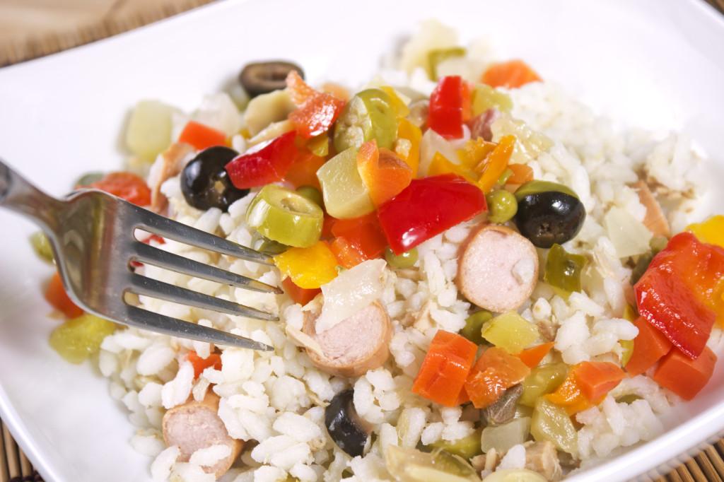 l'insalata di riso non può mancare nella tavola di Ferragosto da condire con pesce, verdure grigliate o qualsiasi altra cosa!