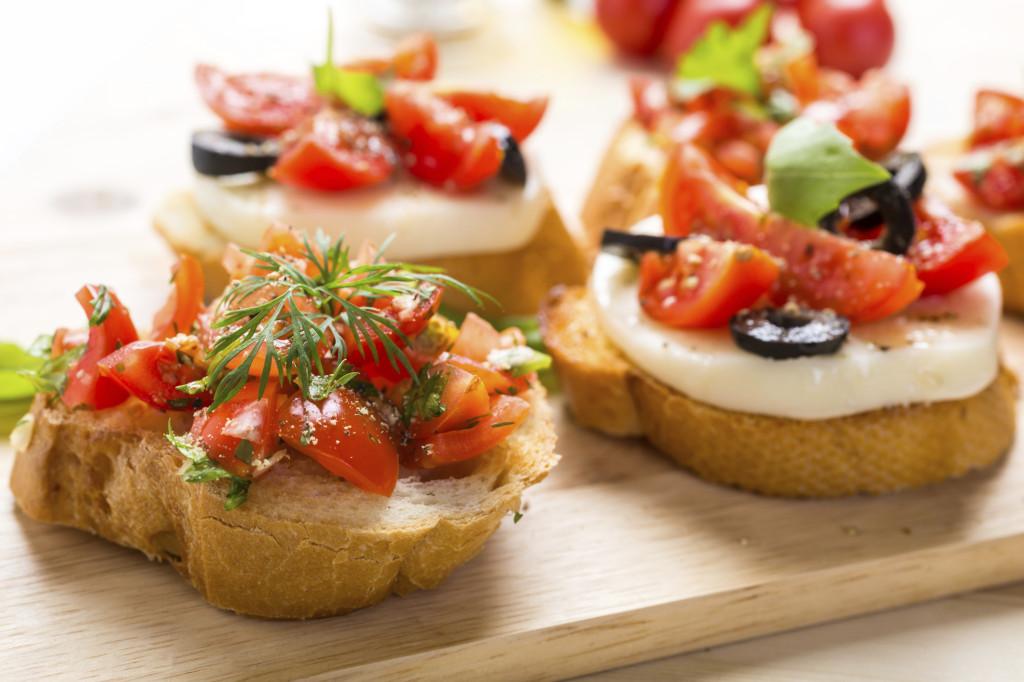 le bruschette sono un aperitivo sfizioso e facile da preparare. Quando le prepari dai sfogo alla tua fantasia usando salmone, verdure grigliate, salse, formaggi e affettati!