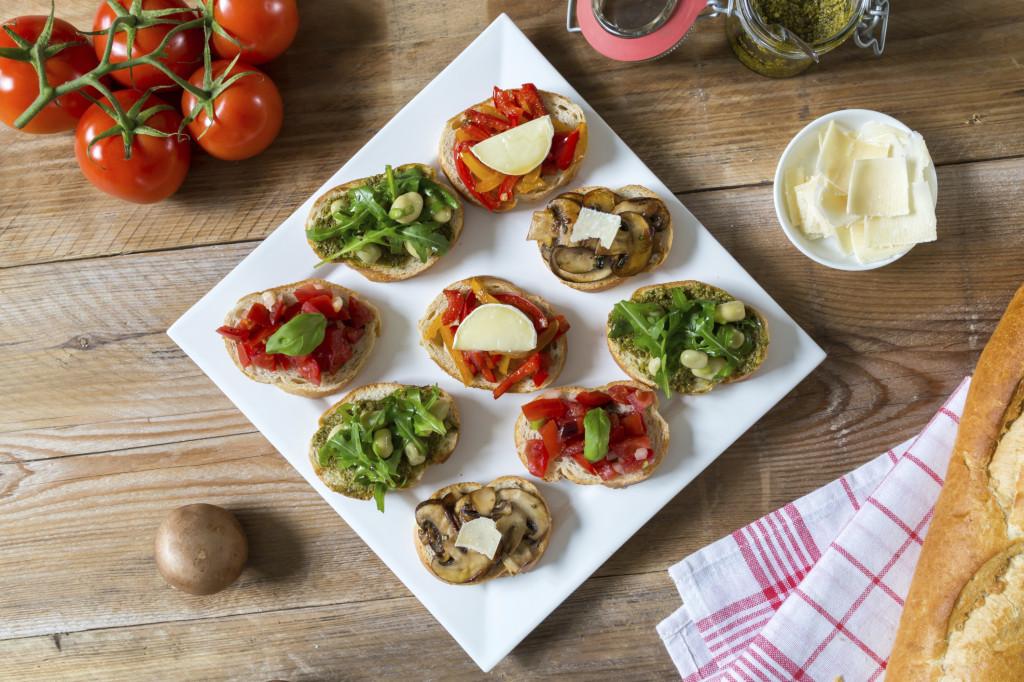 le bruschette sono un aperitivo che non passa mai di moda e che mette d'accordo tutti: basta qualche ingrediente fresco, pane e olio per creare un happy hour perfetto